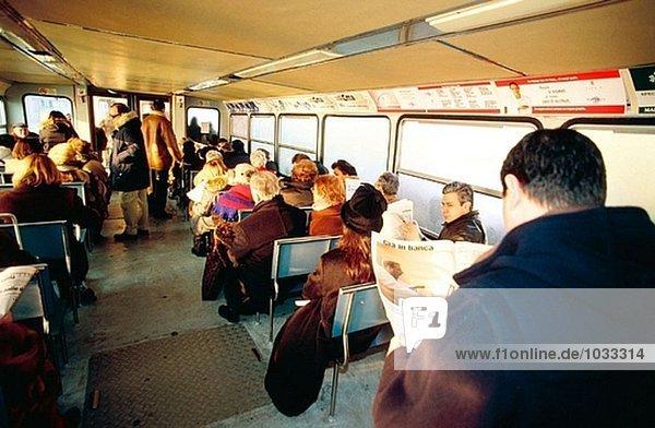 Passagiere am ´vaporetto´ (öffentliche Wasser-Bus). Venedig. Italien