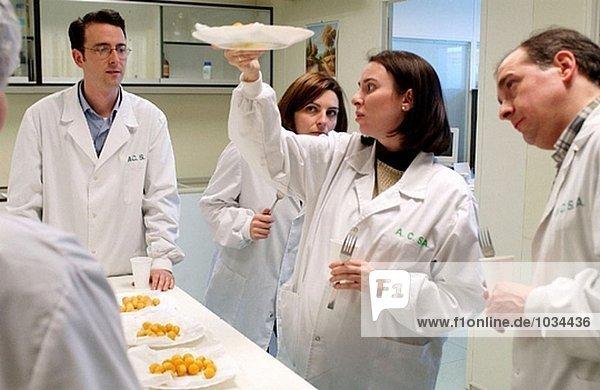 Tiefkühlkost Industrie  Lebensmittel Verkoster Verkostung Kartoffel Kugeln von konkurrierenden Unternehmen. Navarra. Spanien