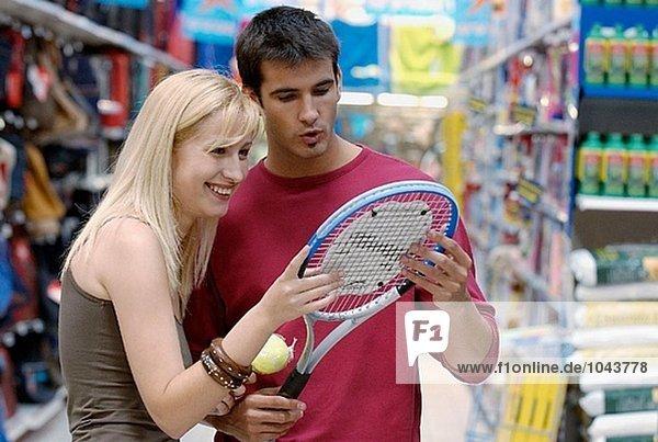 Paar in die Sport-Abschnitt eines Shopping-Centers