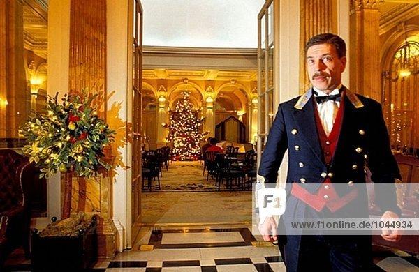 Porter in der Lobby. Claridge´s Hotel. London. England