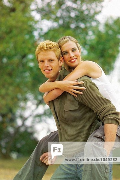 Mann mit Frau piggyback