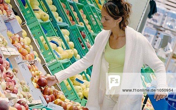 Frau kaufen Obst