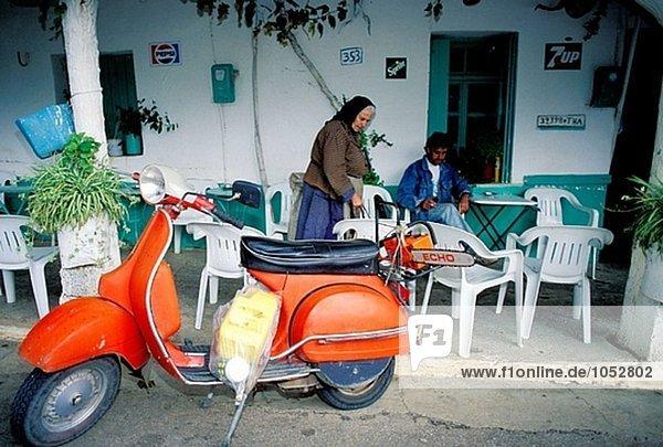 Kleine outdoor-Café und red Roller im Dorf. Lassithi Hochebene  Crete. Griechenland