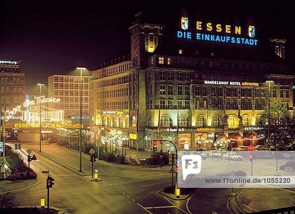 Bahnhofsplatz mit Handelshof Hotel bei Nacht,  Essen,  Ruhr Gebiet,  Nordrhein-Westfalen,  Deutschland