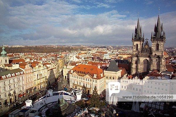 Teynkirche und Weihnachten Markt bei Staromestské Namesti (Altstädter Ring). Prag. Tschechische Republik