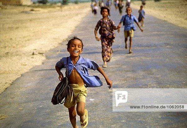 Kinder kommen aus Schule. Thar-Wüste Region  Indien