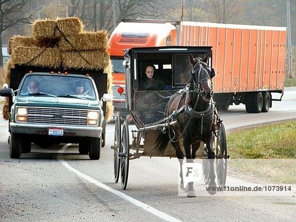 Amish Frau Highway Buggy im Straenverkehr in Indiana befahren