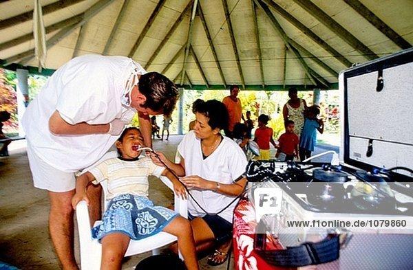 Reisen Zahnarzt bei der Arbeit in einer Schule. Ua Pou Insel. Marquesas Archipels. Französisch-Polynesien