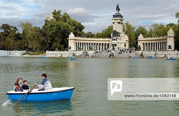 Parque del Buen Retiro. Denkmal für König Alfonso XII am Hintergrund. Madrid. Spanien