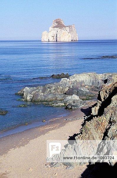 Masua Strand  Blick auf der Felseninsel von Pan di Zucchero. Sardinien  Italien