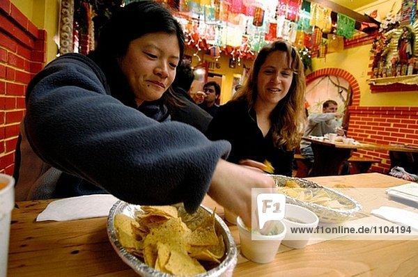 Frauen im mexikanischen Restaurant an der Mission. San Francisco  Kalifornien. USA.