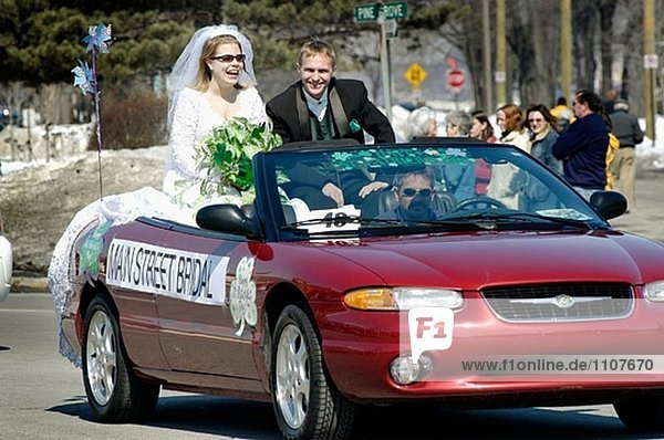 Braut und Bräutigam Fahrt in konvertierbar.
