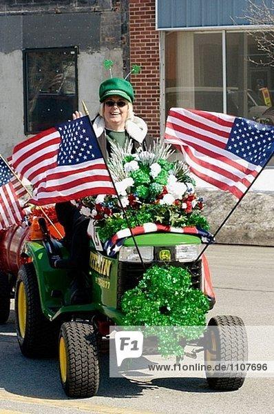 Frau fährt Traktor Zug in Saint Patrick´s Parade. USA.