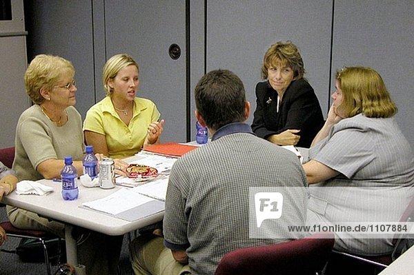Pädagogen teilnehmen an eine kleine Gruppe basierte Workshop.