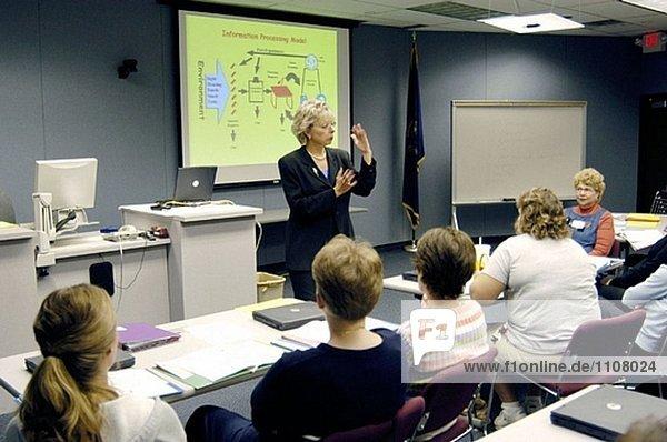 Emale Presenter ermöglicht eine PowerPoint Präsentation auf einer Gruppe von Pädagogen