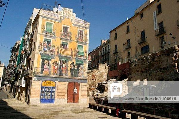 Wandmalerei (1995) von Carles Arola in Plaça Dels Sedassos. Tarragona. Spanien