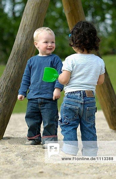 Kleinkinder in Spielplatz