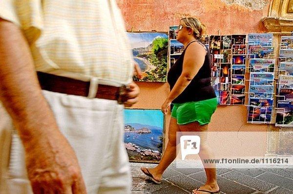 Touristen besuchen das Dorf von Taormina. Sizilien. Italien