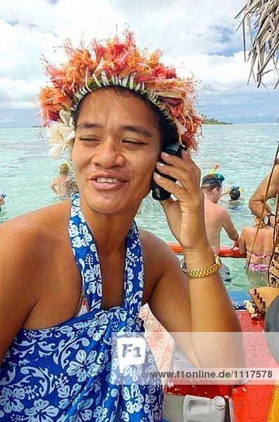 Polynesischen geschäftsfrau bei Waork auf der Lagune. Tahaa Insel. Französisch-Polynesien. Südpazifik.