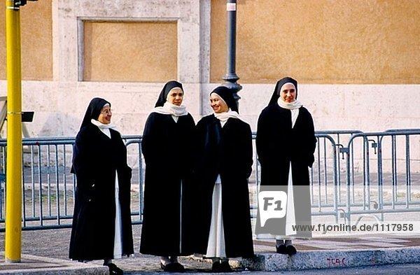 Nonnen in St. Peter´s Square  Vatikanstadt. Rom  Italien