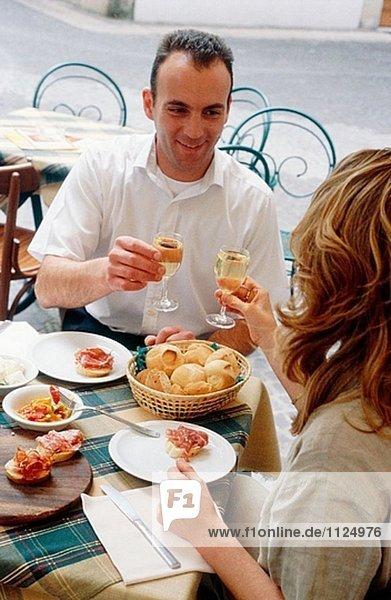 Prosecco und Bruscetta. Mittagessen in ´Mondo D´Oro´. Verona. Veneto. Italien.