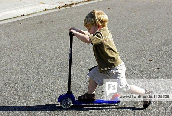 Kleinkind auf scooter