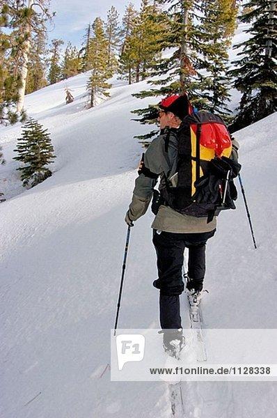 Skitour durchlaufen einen Kamm unterhalb Sentinel Dome  Yosemite-Nationalpark  Kalifornien