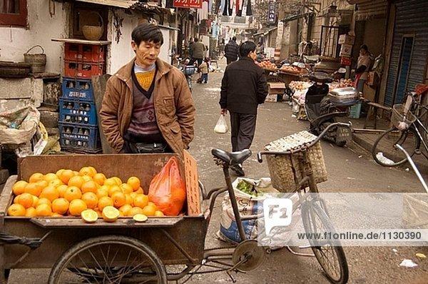 Orange Anbieter am der Strassenmarkt im alten Stadtteil von Shanghai. Shanghai. China