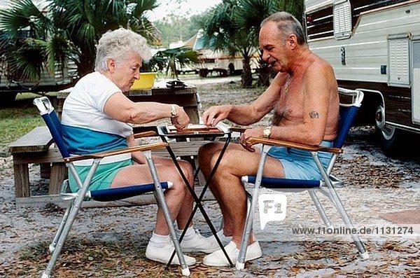 Ehemaliger Coiuple spielen Backgammon während camping in Florida  USA