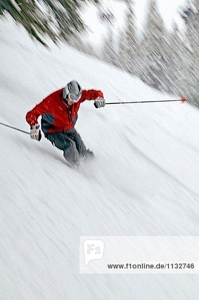 Mann Skifahren in Taos  New Mexico. USA