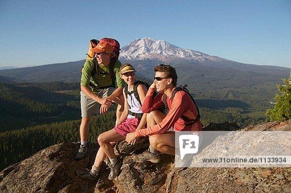 Drei Freunde machen Sie eine Pause beim Wandern in der Nähe von Mount Adams. Washington. USA