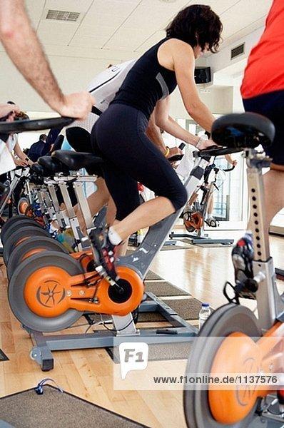 Spinning  Trainings-Programm für Herz-Kreislauf-Arbeit und Sele in Fahrrad-Heimtrainer. Real Club de Tenis de San Sebastián  Bizkaia  Baskenland.