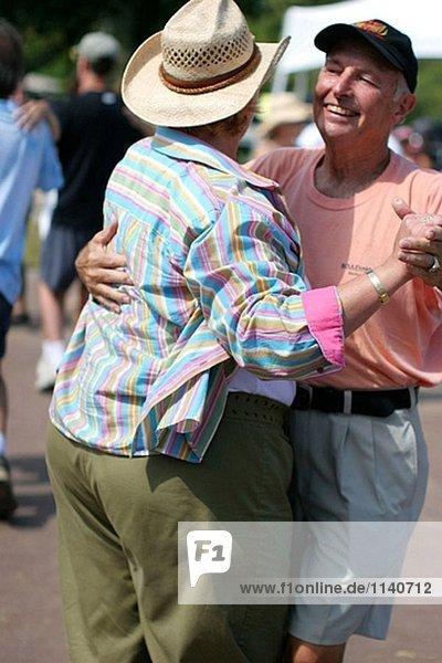 Paar Cajun/Zydeco Festival tanzen. Stille Wasser Park  Deerfield Beach. Florida  USA