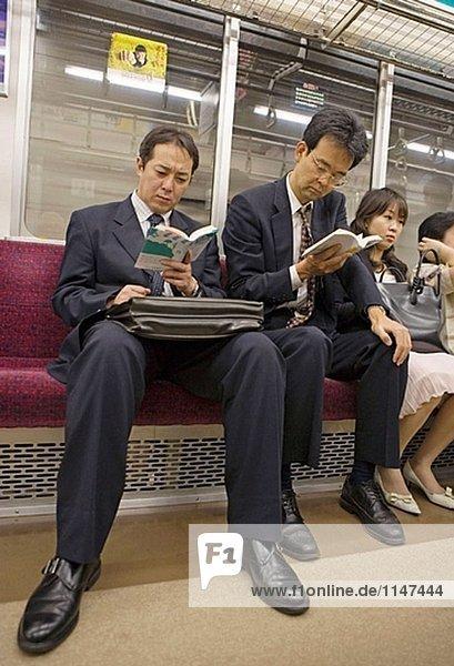 In der u-Bahn oder in der Yamanote Linie (JR  Japan Railways).Tokio. Japan
