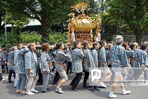 Jährliche Matsuri (Festival) von Kanda Schrein mit eine Prozession von vielen ´Mikoshi´ (mobile Schreine).Tokio. Japan