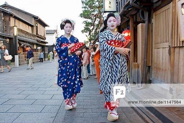 Zwei ´Maiko´ (Geisha Lehrlinge) zu Fuß zu ihrer Ernennung Abend im traditionellen Quartal Gion. Kyoto. Kansai  Japan (Model-Release)