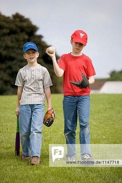 Zwei jungen mit Baseball-Ausrüstung.