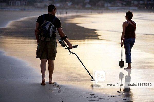 Auf der Suche nach Metallen. Hendaye Strand. Aquitaine. Frankreich.