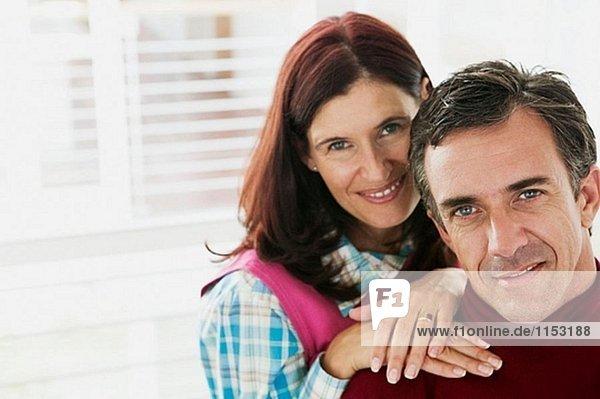 40-45 Jahre alten hellhäutiges Paar entspannenden im Wohnzimmer