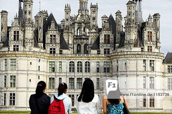 Vier Frauen Blick auf das Schloss Chambord. Loire-Tal. Frankreich