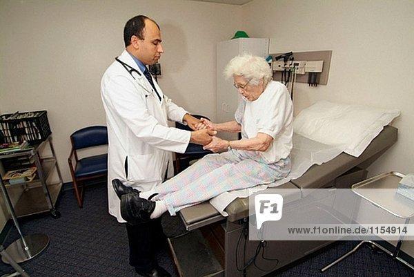 Senior 85 Jahre alten weiblichen hat medizinischen Check up mit Doktor Arzt