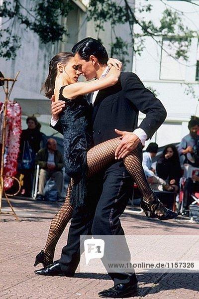 Tango-Tänzer an Plaza Dorrego  Buenos Aires. Argentinien