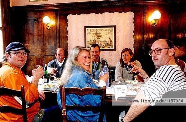 Menschen im Restaurant Mont St. Michel. Der Normandie  Frankreich