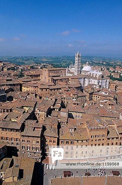 Piazza del Campo und Kathedrale im Hintergrund  Siena. Toskana  Italien