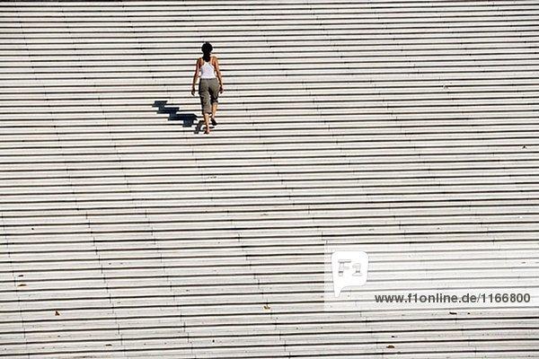 Frau auf Treppe. La Défense  Paris. Frankreich