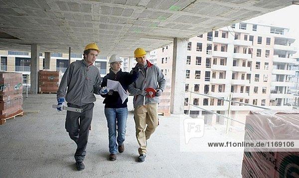 Arbeitnehmer mit Blueprints und Tools. Wohnungsbau  Apartments. San Sebastian  Bizkaia  Baskenland. Spanien.