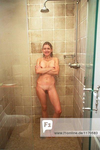 Nikki nackt in der Dusche