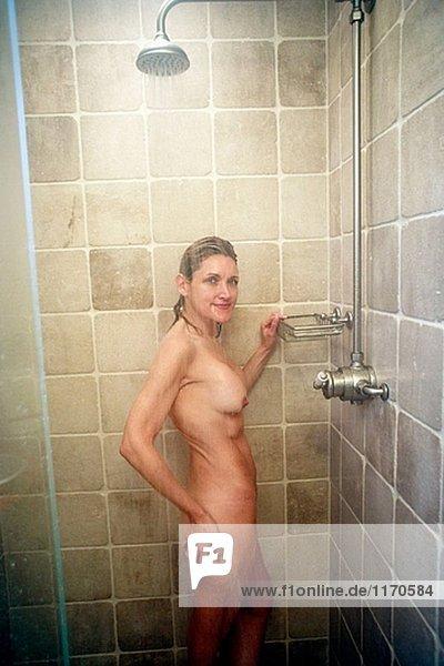 Sexy hellhäutige Frau in Dusche nackt