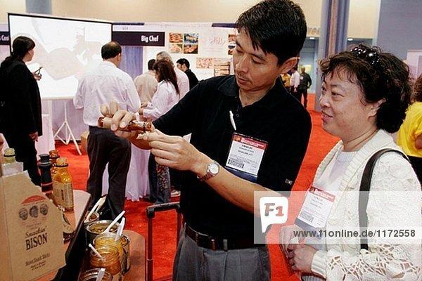 Kongresszentrum  Americas Food and Beverage Show  asiatischen Paar  hot Sauce. Miami Beach. Florida. USA.