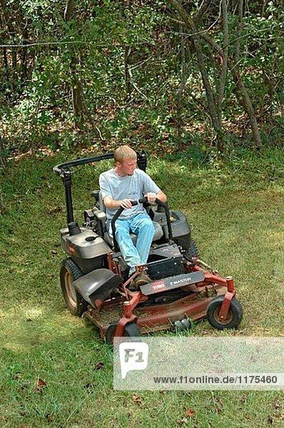 Mann schneiden Yards Rasen auf befreien Mäher  südlichen USA